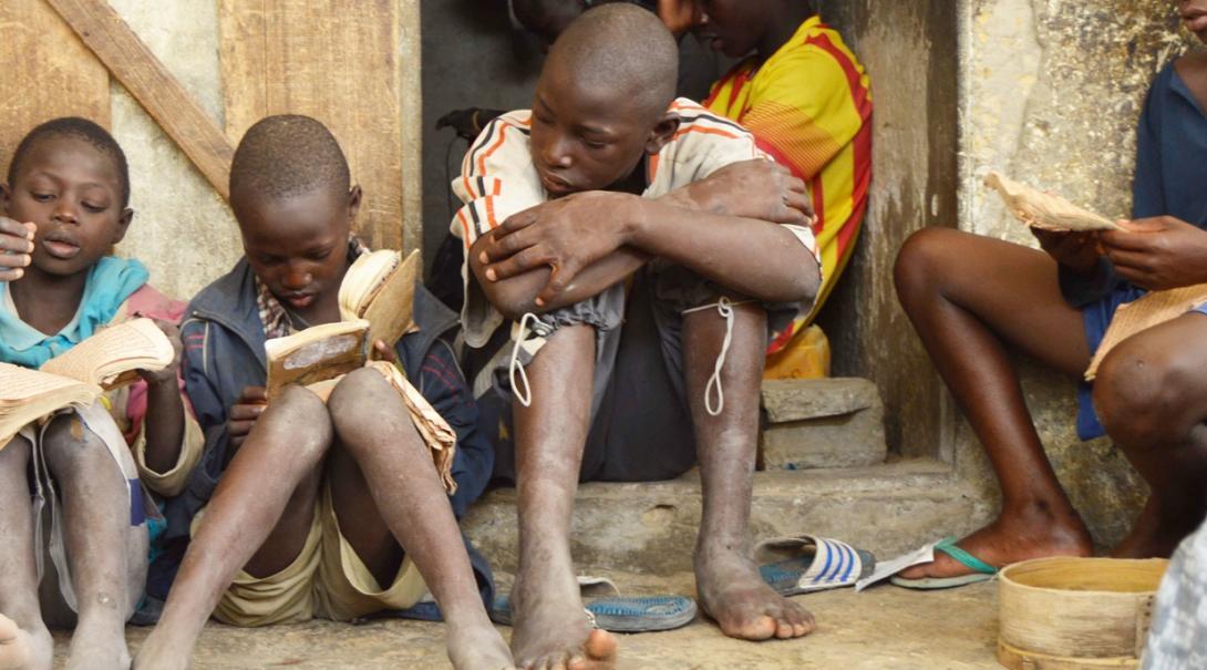 セネガルで読書に取り組むストリートチルドレンタリベ